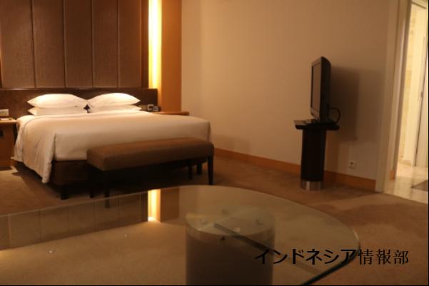 グランドハイアットジャカルタの広いベッドの写真