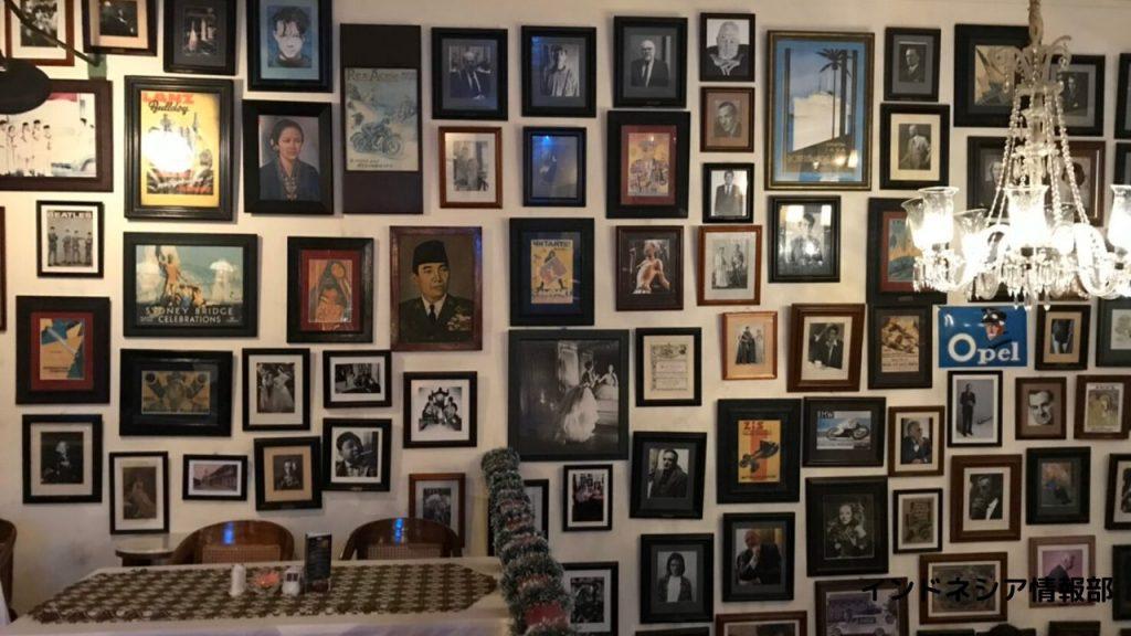 カフェ・バタビアの壁一面に飾ってある写真や絵画