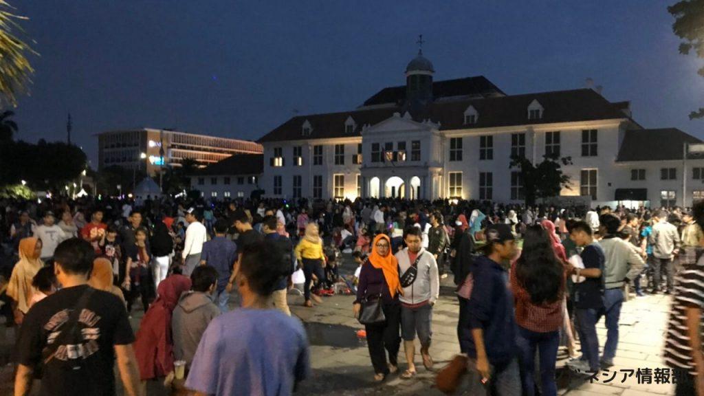 賑わうファタヒラ広場の写真