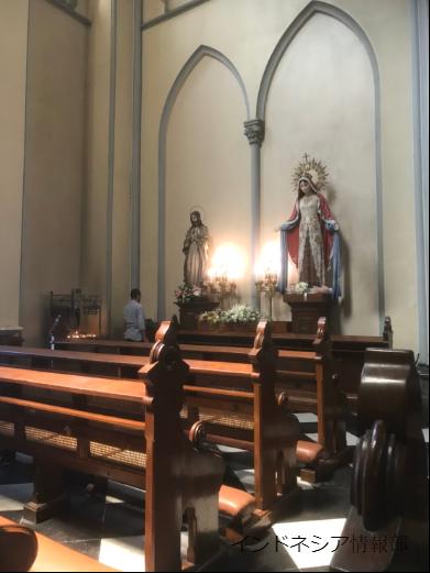 彫刻とお祈りする人