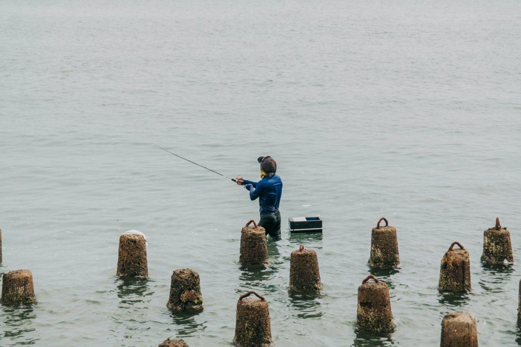 ジャカルタの海で釣りをする人